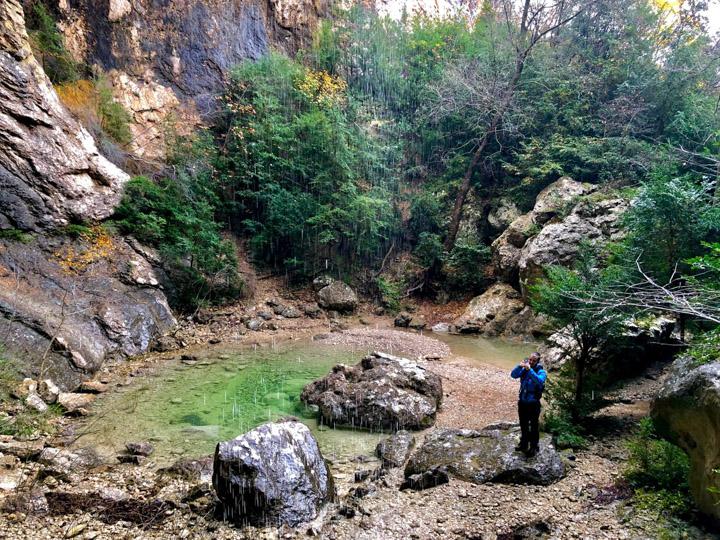 Cascada y piscina natural de la Cova de les Gralles