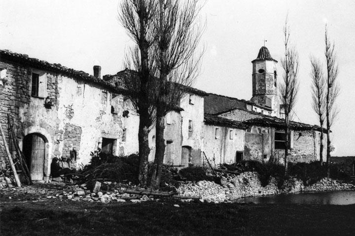 La balsa y las casas de La Mussara contiguas a Sant Salvador