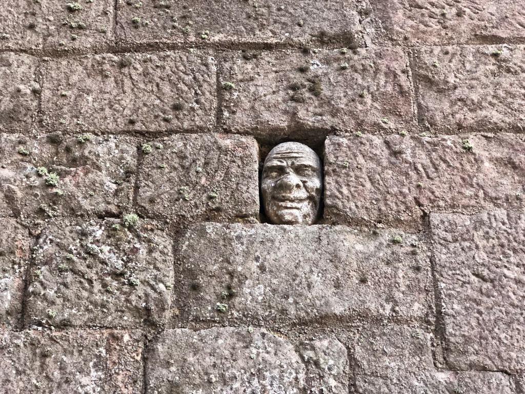Cara japonesa del Castell d'Escornalbou