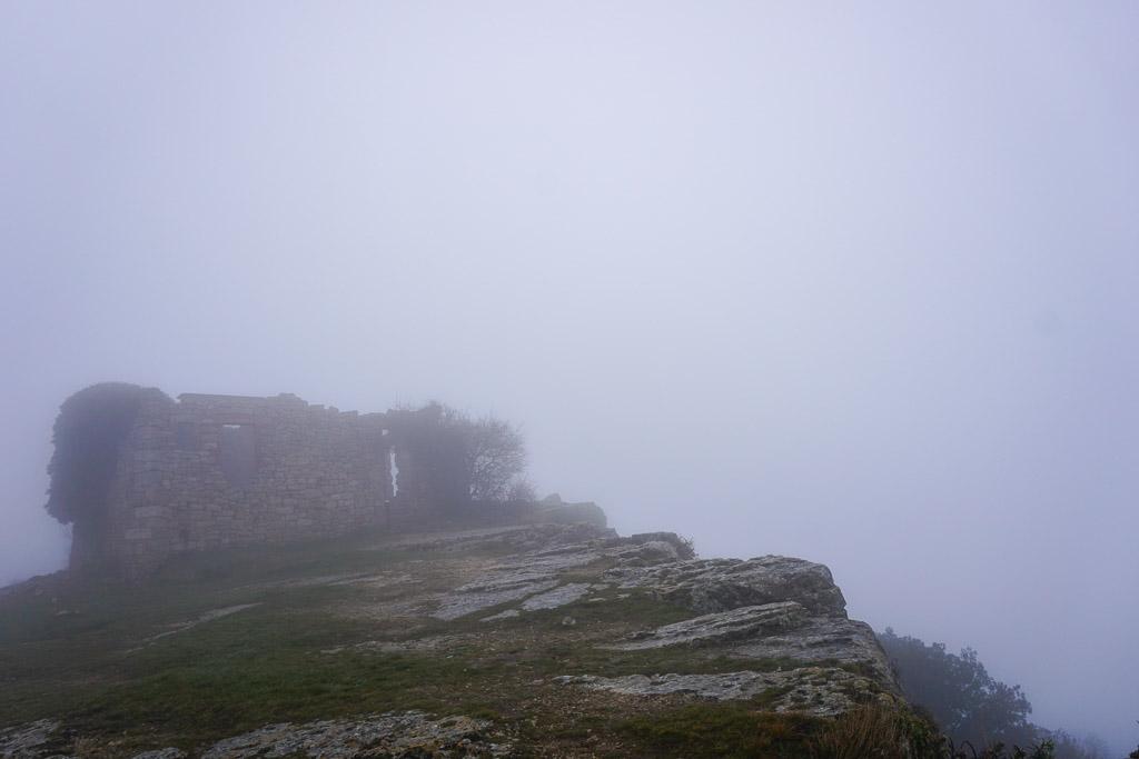 El Refugi de Les Airasses un día de niebla