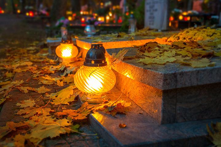 Luces en un cementerio